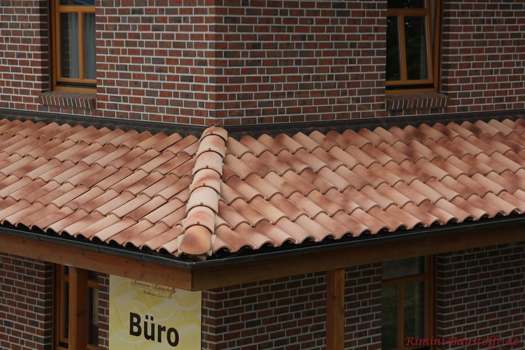 changierender Dachziegel in rot und beige passend zur etwas wilderen Fassade