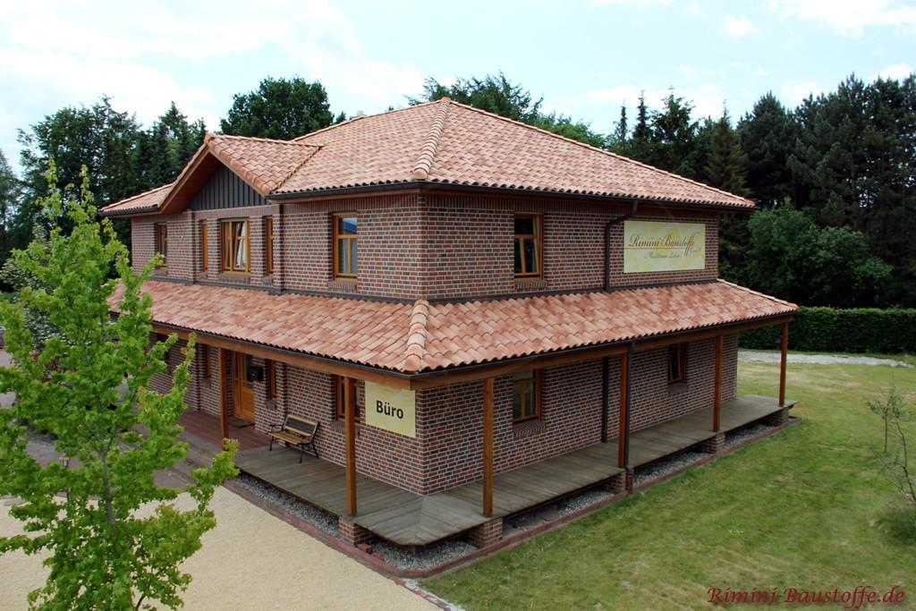 Bürogebäude im modernen mediterranen Stil mit Klinkerfassade und sehr schönem changierendem Dachziegel