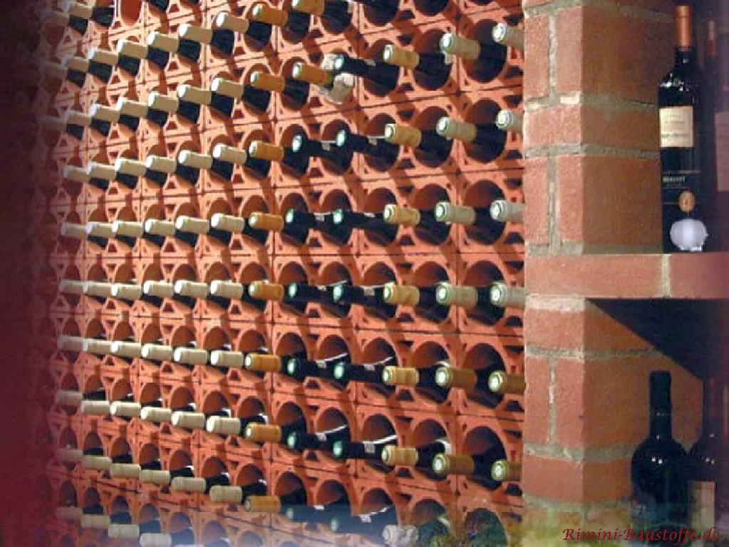 zweier Weinlagersteine zu einem großen Weinregal zusammengefasst