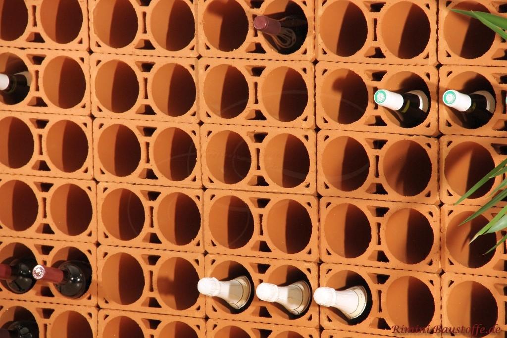 modernes Weinlagerregal aus Ton, aufgebaut aus mehreren Elementen