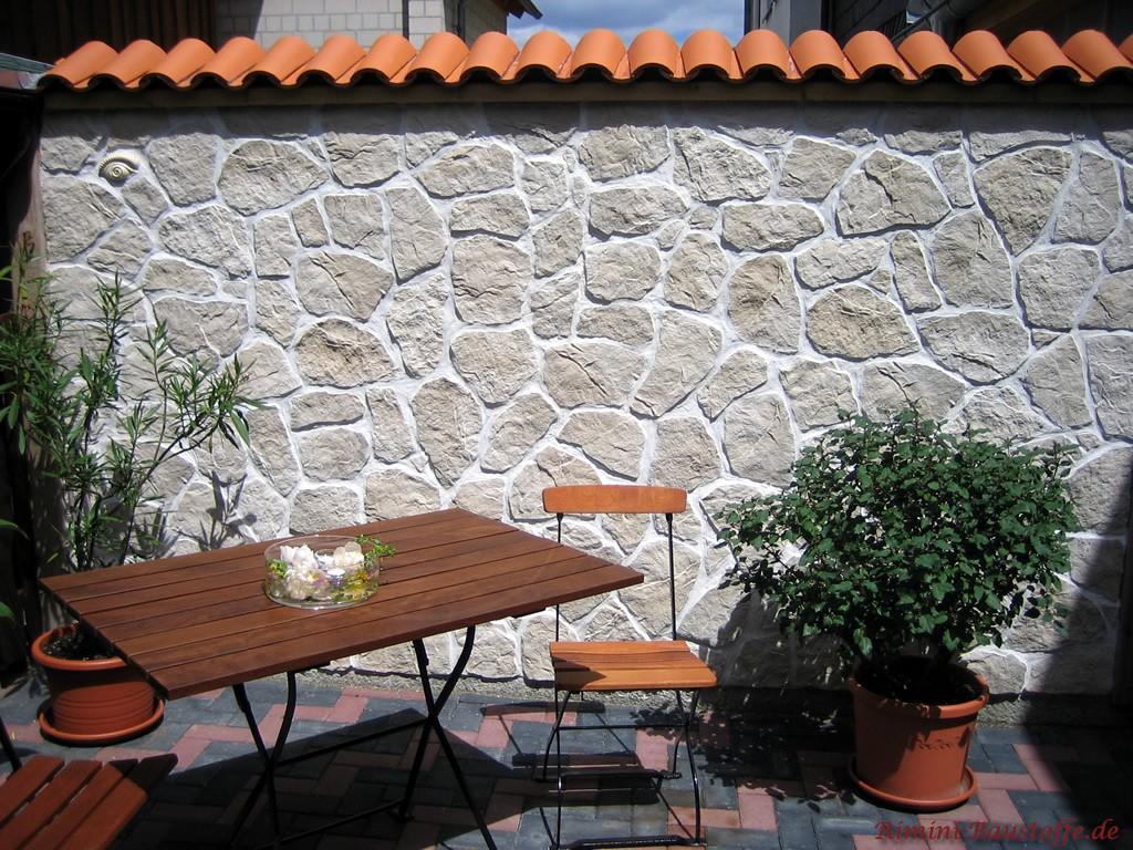 Helle Gartenmauer mit Halbschalen wie in Spanien abgedeckt