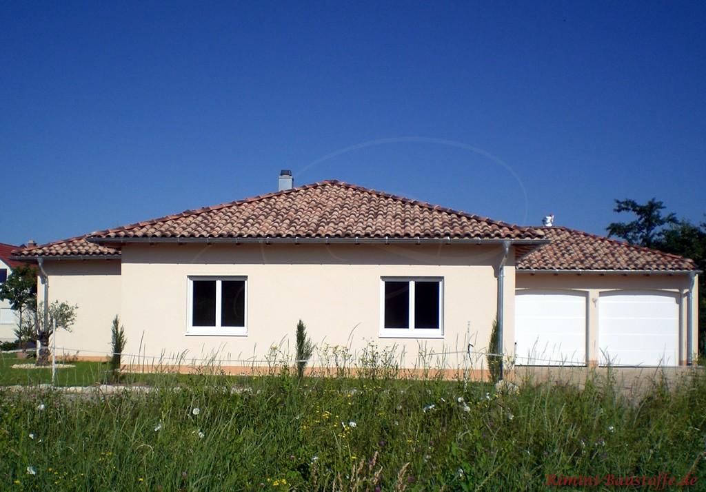 Ebenerdige Toskanavilla im mediterranem Stil. Die Dachziegel stammen aus Italien