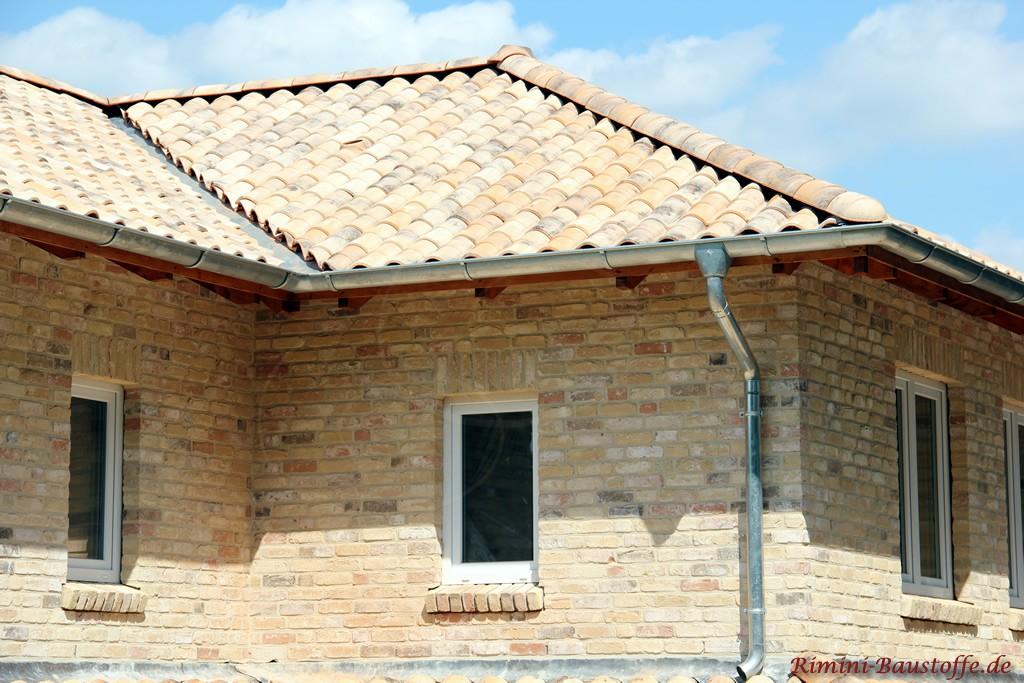 Nahaufnahme einer schönen Klinkerfassade das auch ein buntes Dach zeigt