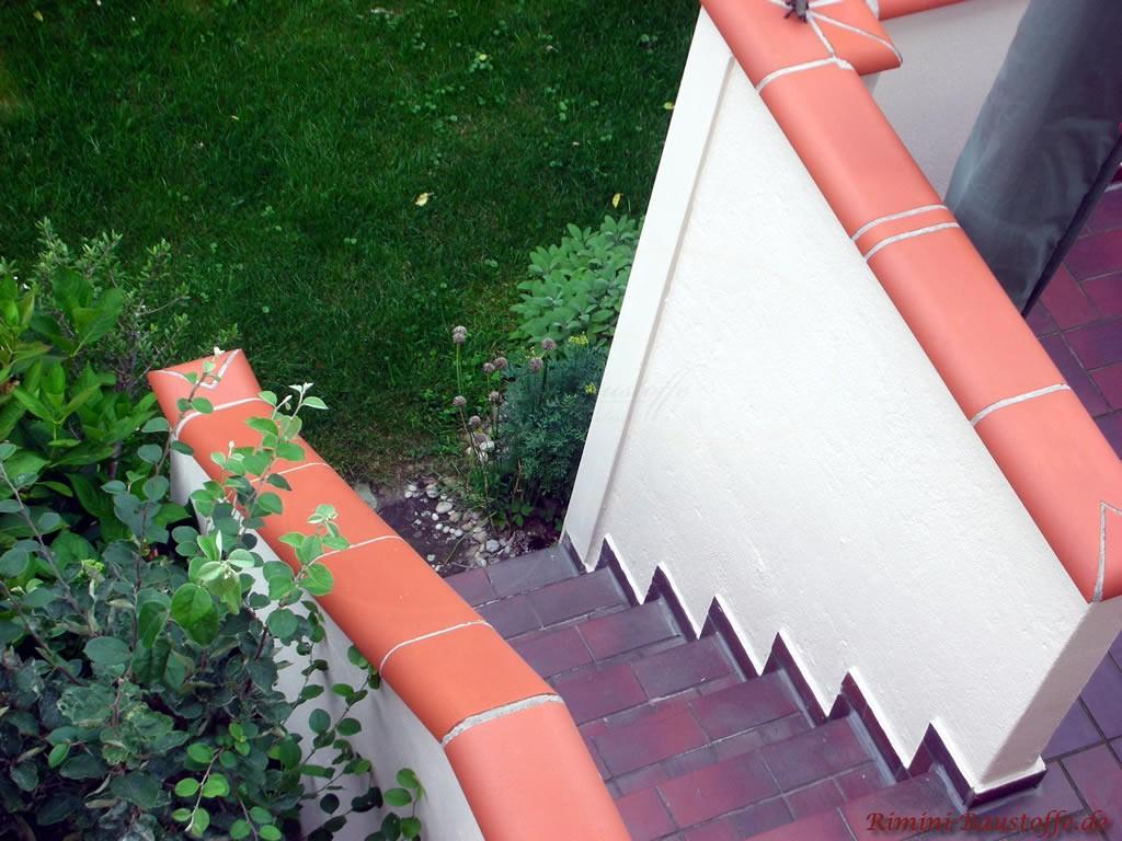 Aufnahme einer Terrassentreppe von oben. Geputzte Wand mit roter Tonabdeckung