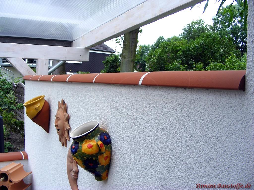 Trennmauer einer Terrasse, die mit Terracotta abgedeckt worden ist.