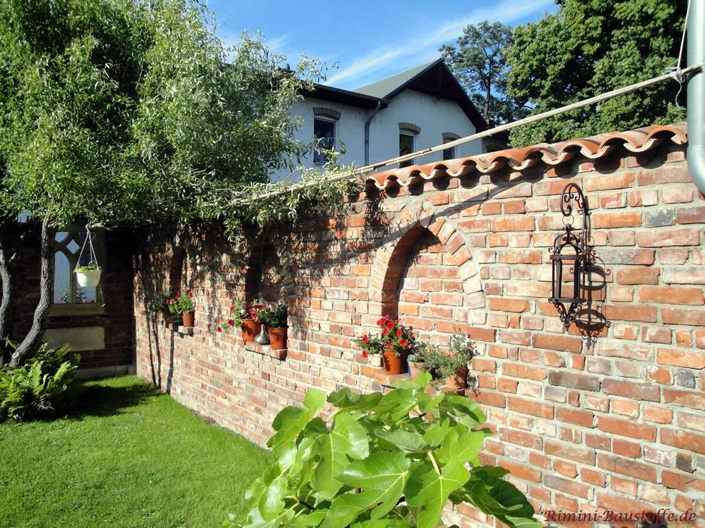 Alte Ziegelsteinmauer mit zeitloser Abdeckung im mediterranem Stil