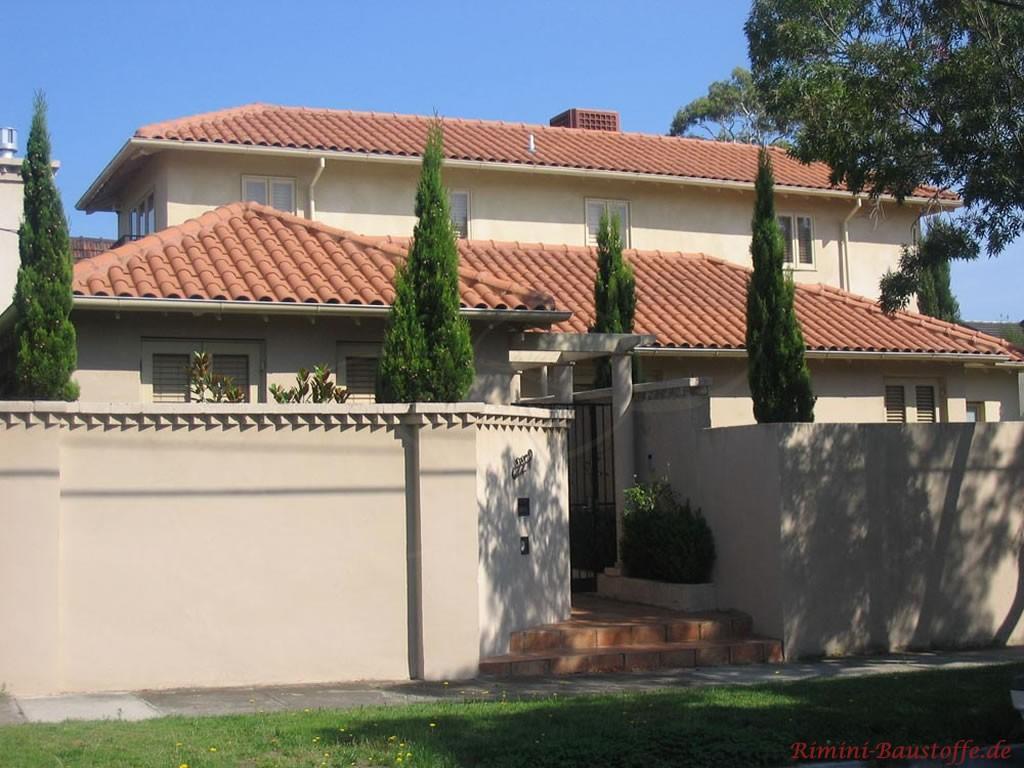 schönes mildes rotes Dach passend zur sandfarbenen Putzfassade