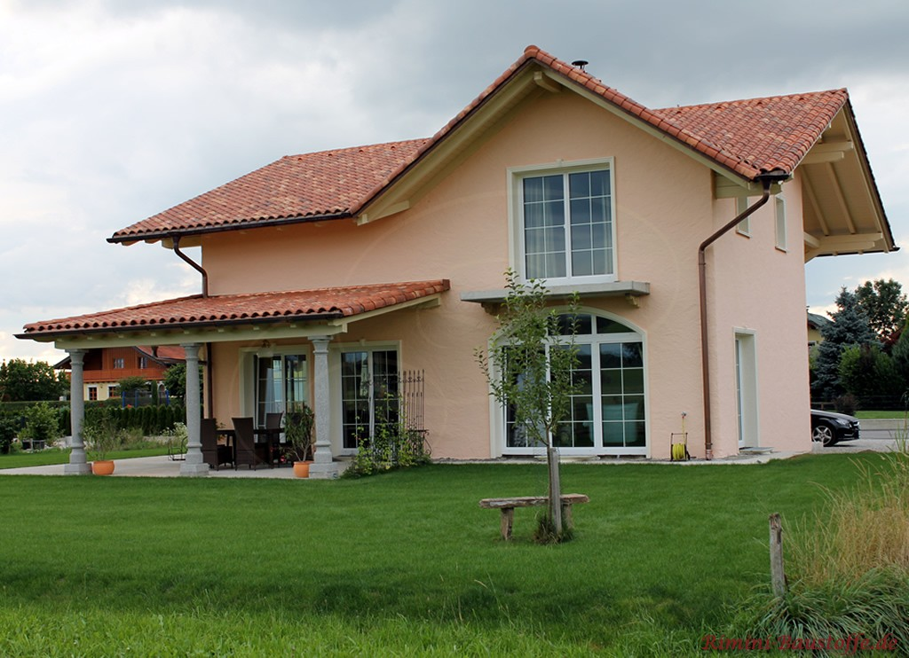 schönes Einfamilienhaus im mediterranen Stil mit kräftigen dunkelroten Ziegeln