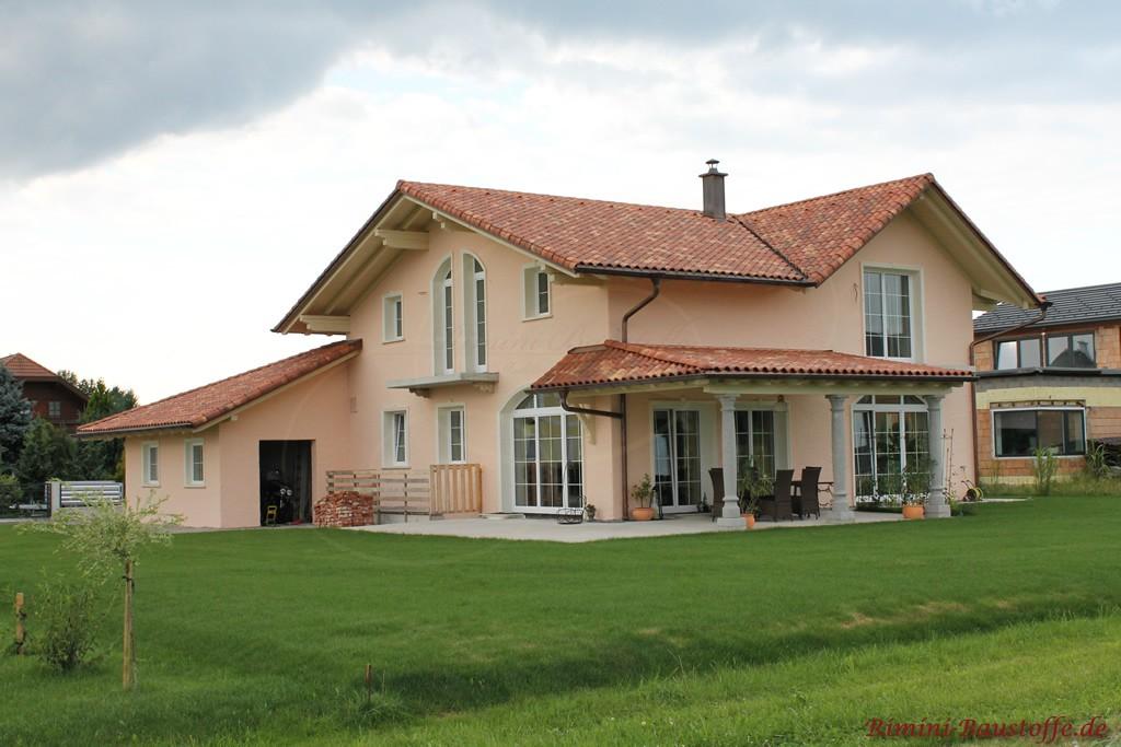 schöne kräftige rote Dachziegel im mediterranen Stil mit Changierungen