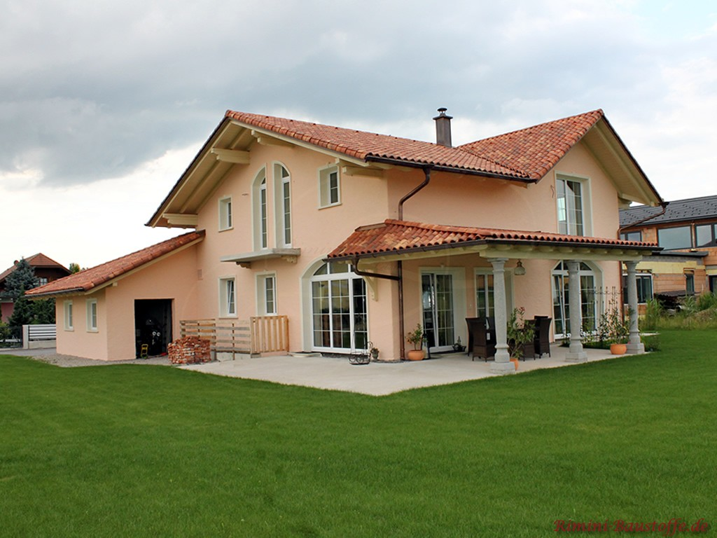 schönes Einfamilienhaus mit Putzfassade, weissen Fenstern und passendem Dachziegel