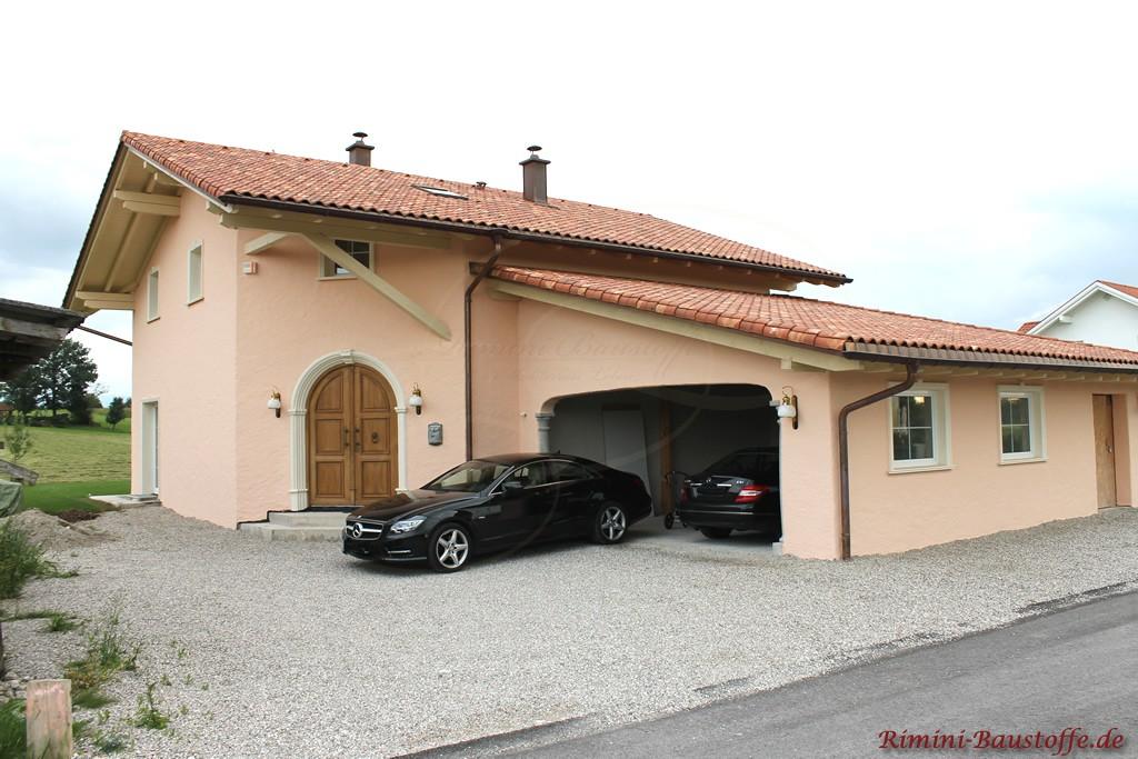 Einfamilienhaus mit schöner heller Putzfassade und Doppelgarage