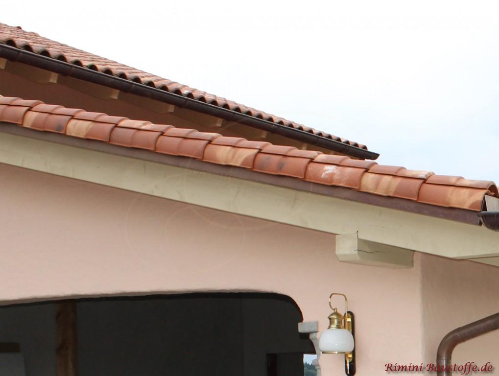 Ortgangziegel des mediterranen Dachziegels in schönen kräftigen Rottönen