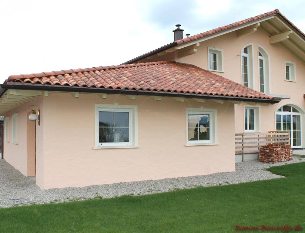 mediterrane Villa mit lachsfarbener Putzfassade
