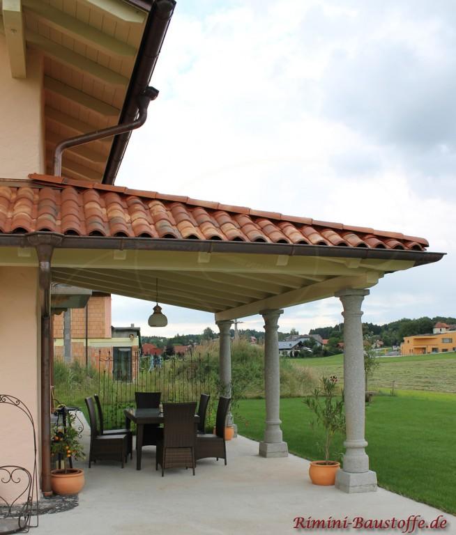 mediterranes Wohnhaus mit schöner großer überdachter Terrasse und weissen Pfeilern