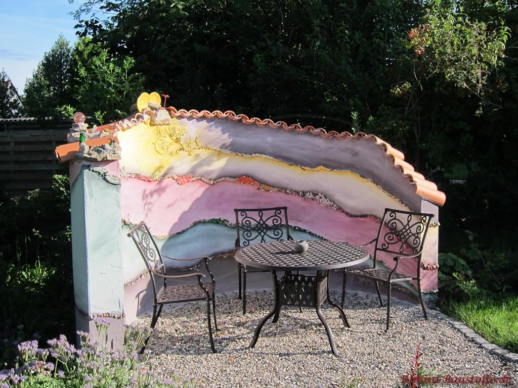 freistehende Gartenmauer mit schönem gestaltetem Putz