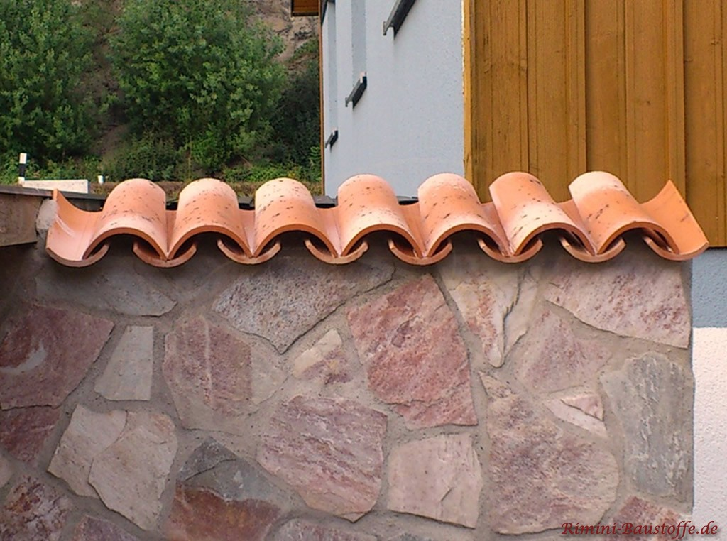 Gartenmauer mit Natursteinpolygonalplatten verblendet