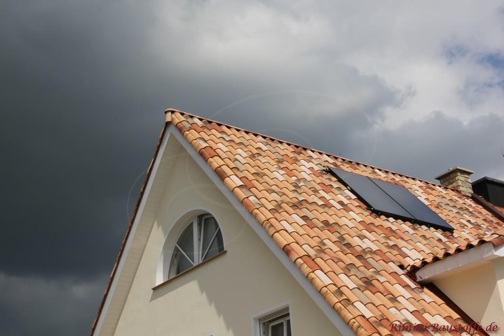 sehr schöne helle Putzfassade mit einem mediterranen Dachziegel in einer Herbstlaubfarbe