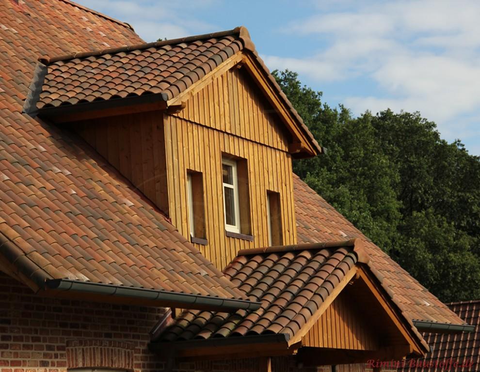 schöne Dachgaube mit Holz verkleidet zu einem schönen mediterranen Ziegel