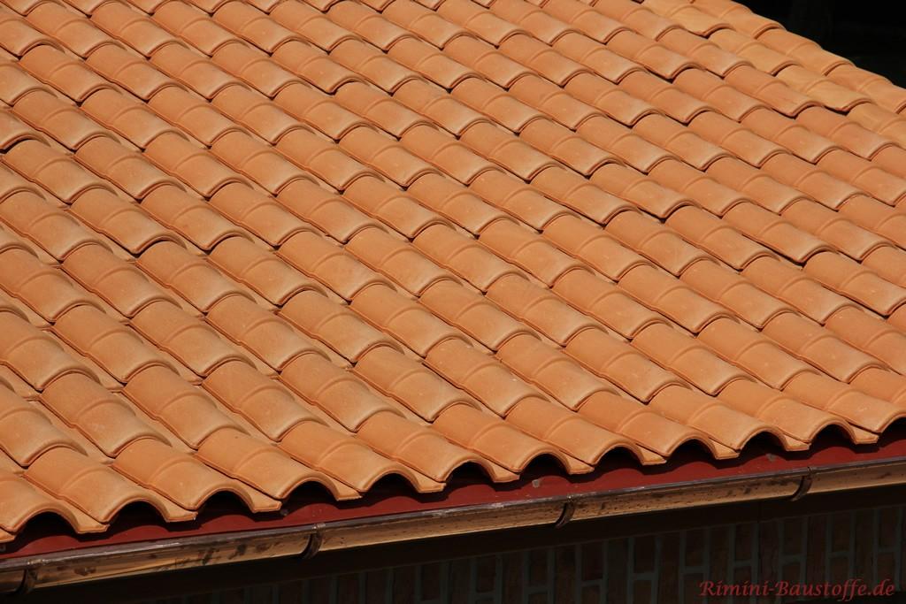 roter mediterraner Dachziegel mit Doppeloptik