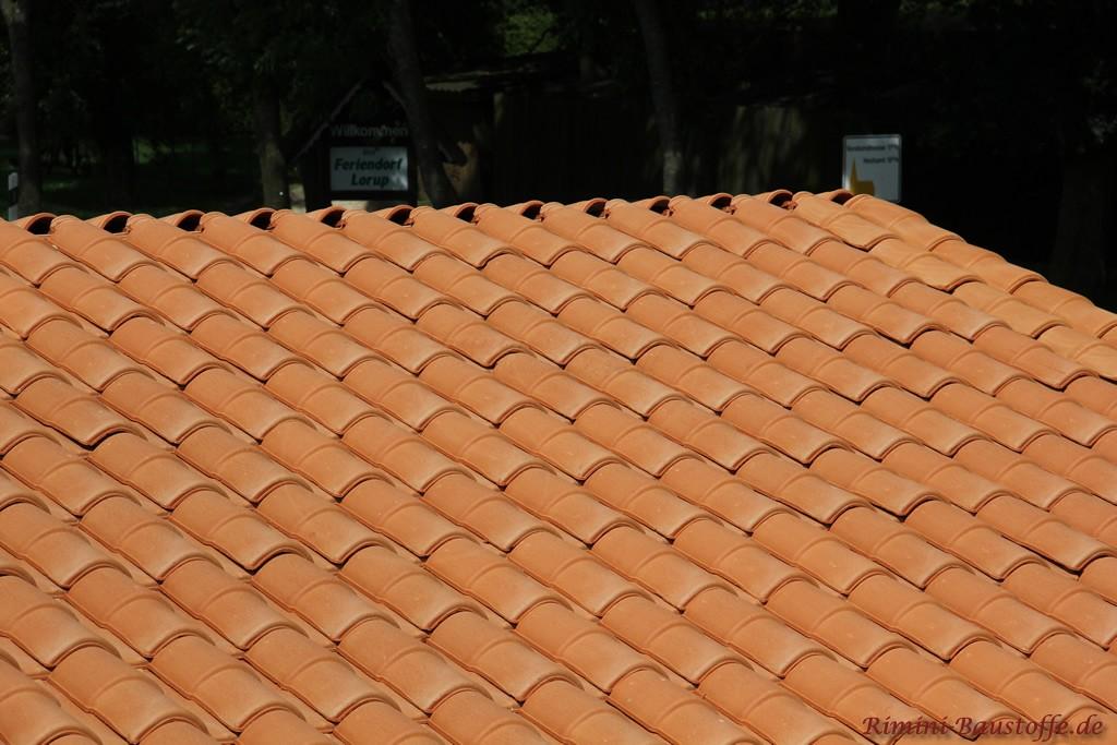 ein mediterraner roter Dachziegel mit Doppeloptik lässt das Dach größer erscheinen