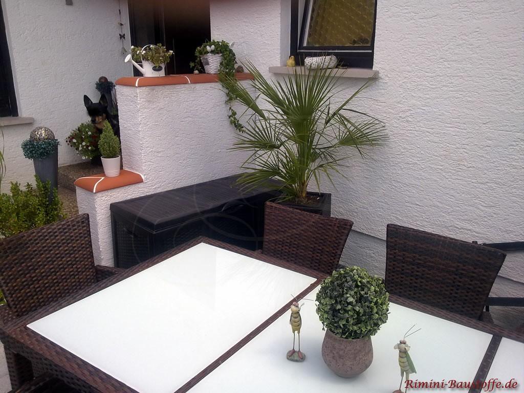 kleine Sichtschutzmauer an der Terrasse. weisser Putz mit schöner roter Mauerabdeckung aus Ton
