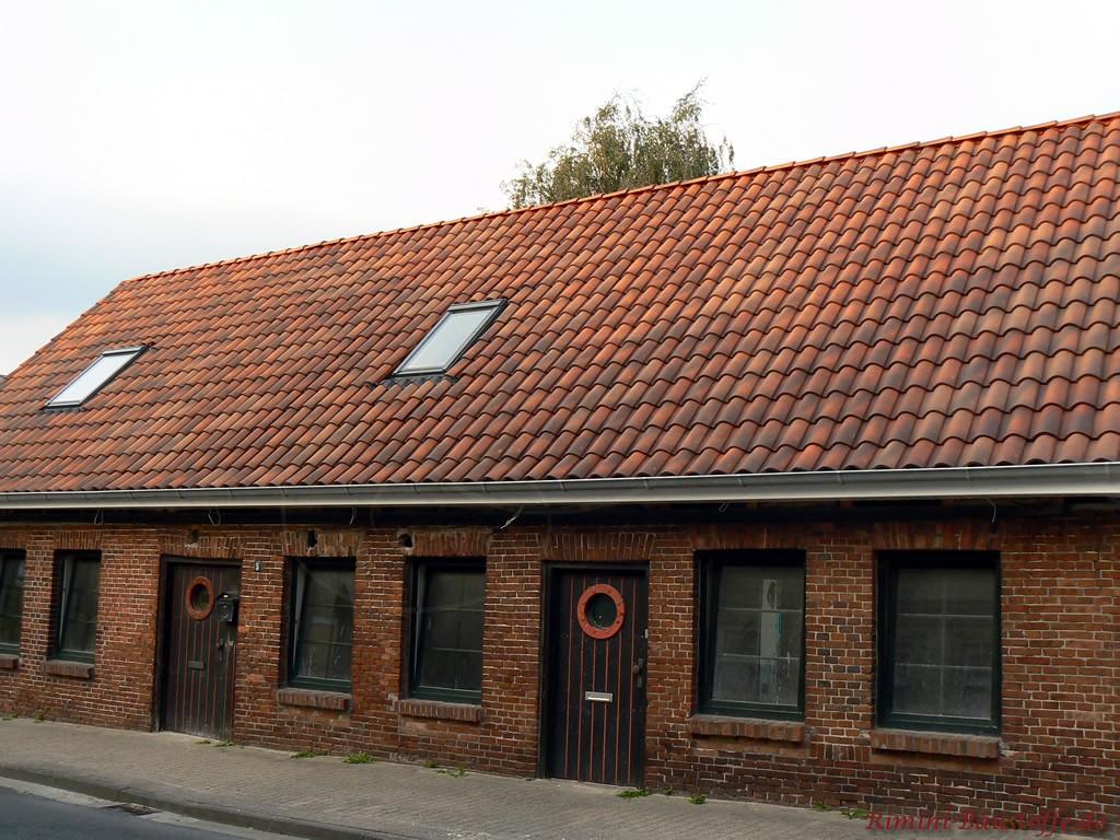 altes Bauernhaus saniert und mit schönen neuen Dachziegeln gedeckt