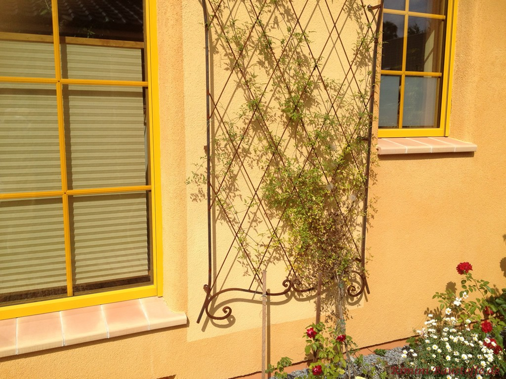 schoene Tonfensterbaenke passend zur farbigen Fassade