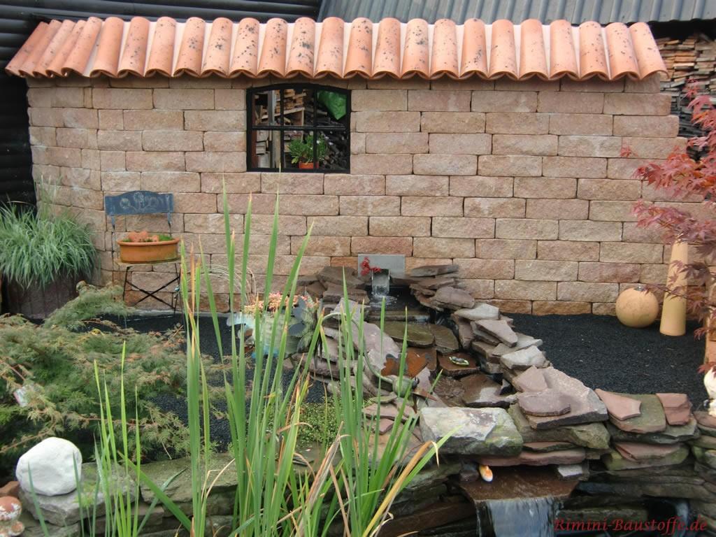 schöne Mauer als Dekoration am Gartenteich