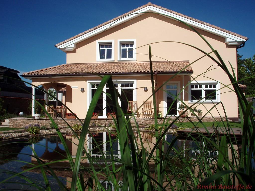 schönes Wohnhaus im mediterranen Stil mit Gartenteich