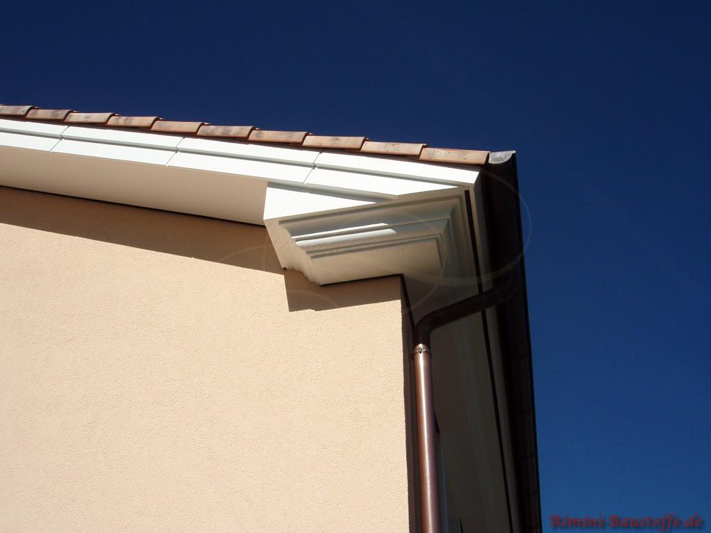 schön zu sehen die Ortgangziegel des mediterranen Dachziegels