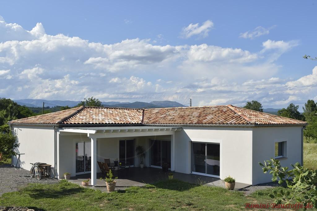 wunderschöner Bungalow im mediterranen Stil mit überdachter Terrasse