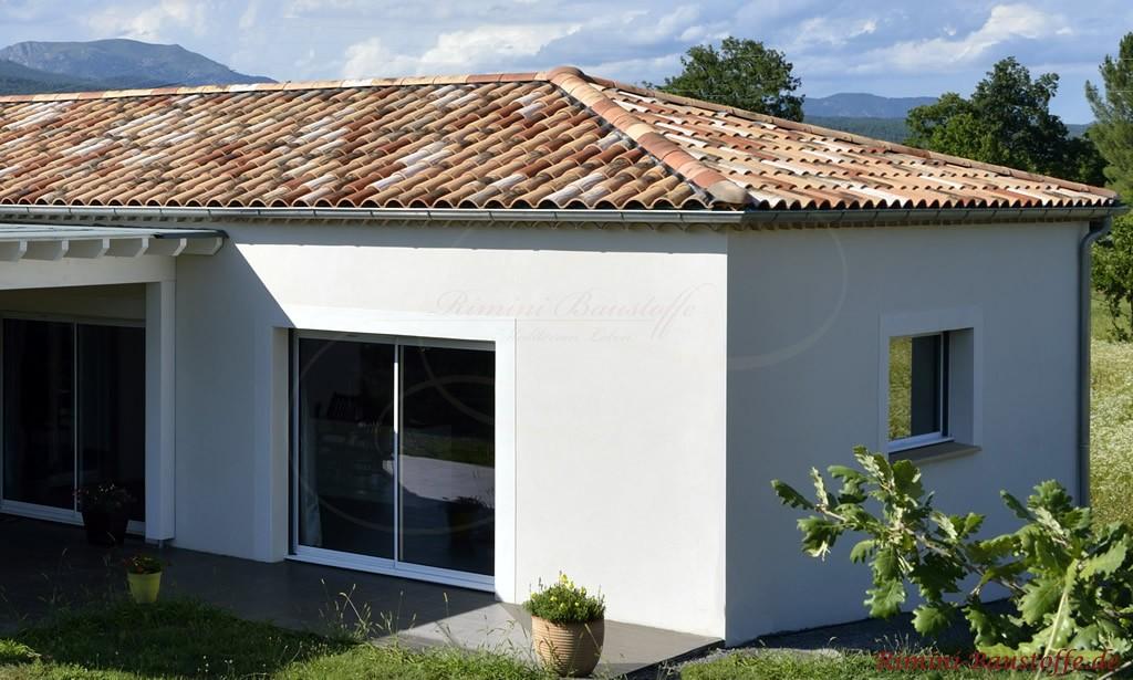 schöner Bungalow im mediterranen Stil erzeugt durch die Dachziegel in südländischen Farben