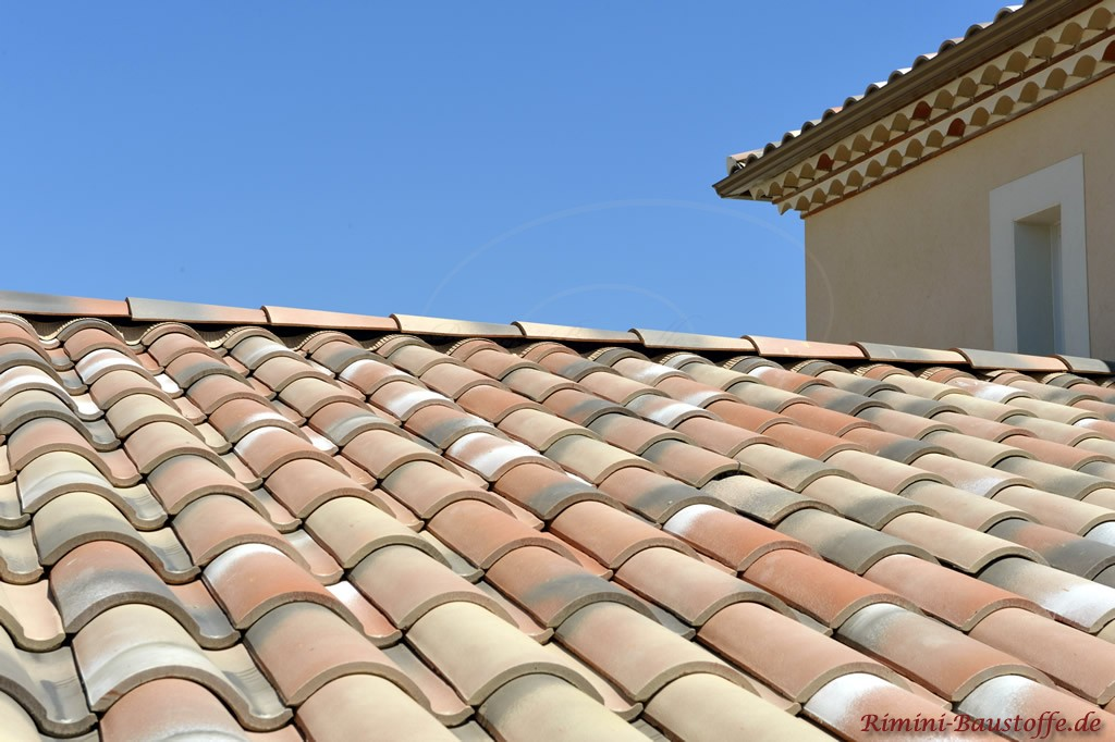 Nahaufnahme mediterraner Dachziegel aus Ton in Erdtoenen