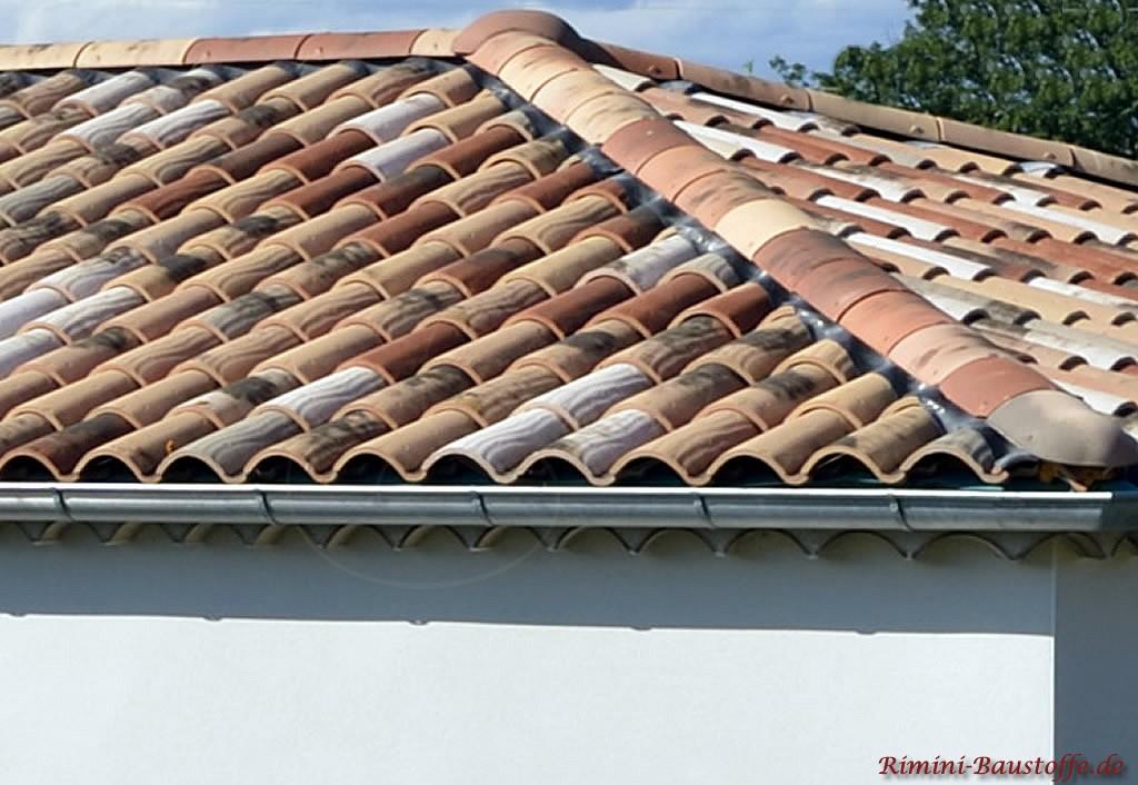 Zeitloser Dachziegel Herbstlaubmischung und alter Oberfläche. Mit Putz sehr gut zu kombinieren