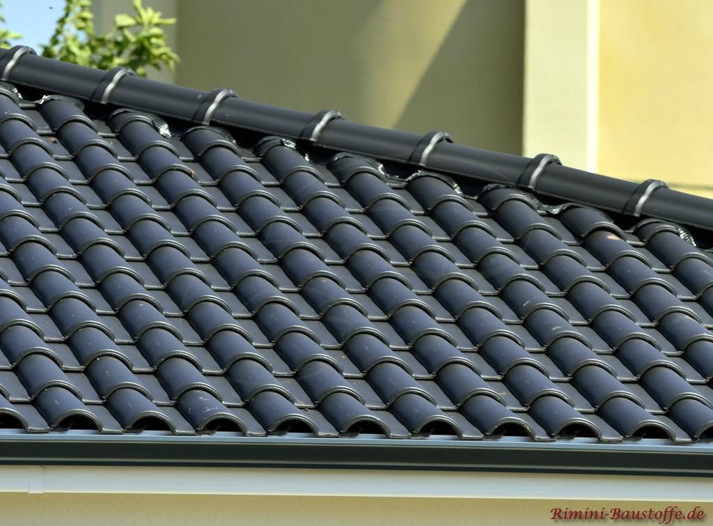 romanischer Dachziegel in Antrazith
