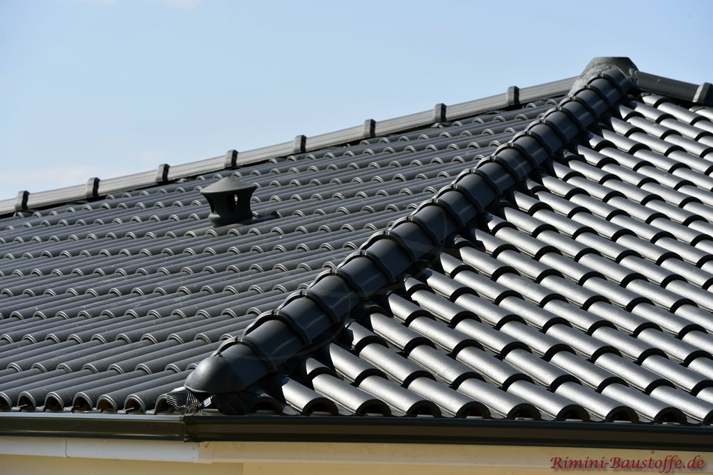 Zeltdach mit einem mediterranen Dachziegel in antrazith