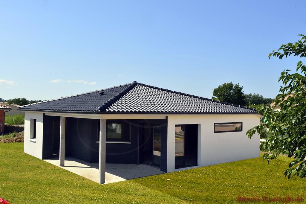 schöner Bungalow mit weisser Putzfassade und antrazithfarbenem Dachziegel