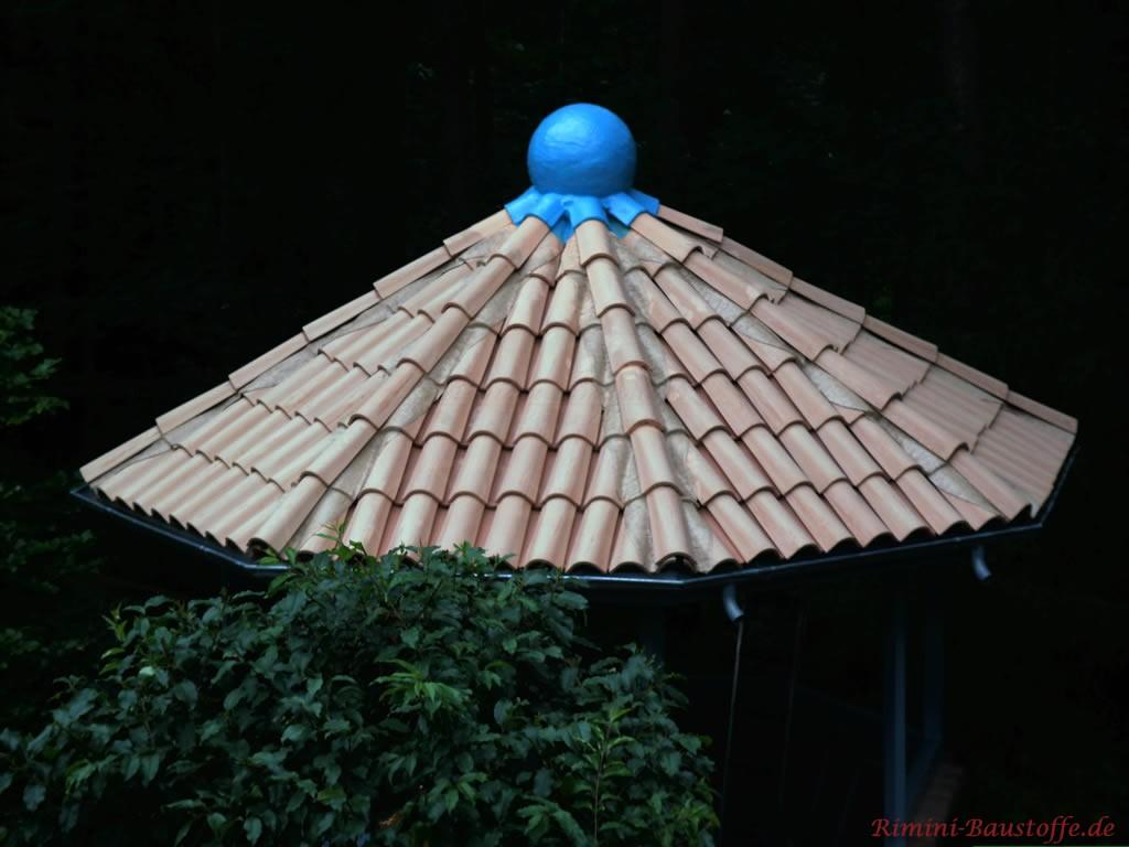 kleines Runddach mit Halbschalen gedeckt und blauer Zierkugel
