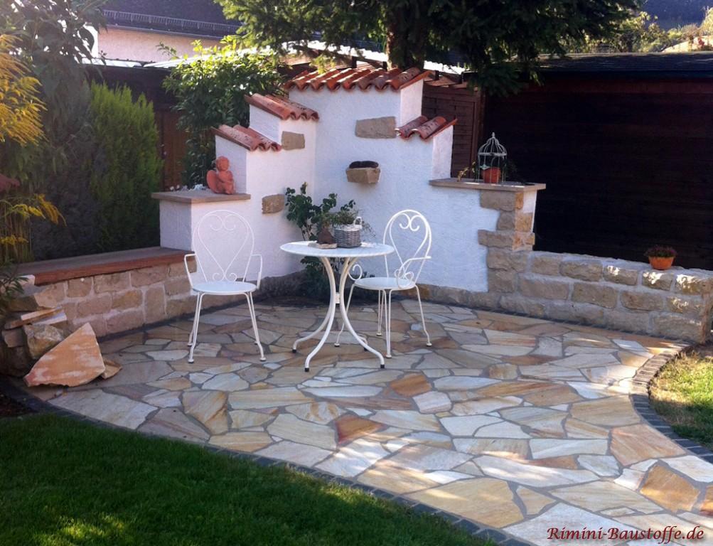 schöne gemütliche Sitzecke mit kleiner Gartenmauer