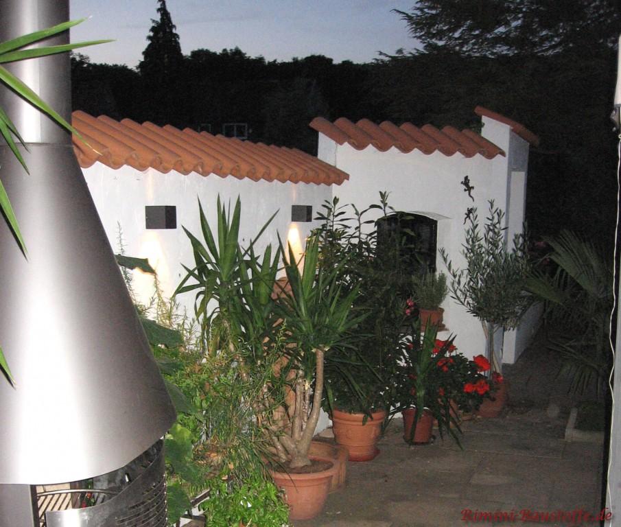 schöne beleuchtete Gartenmauer im Dunkeln