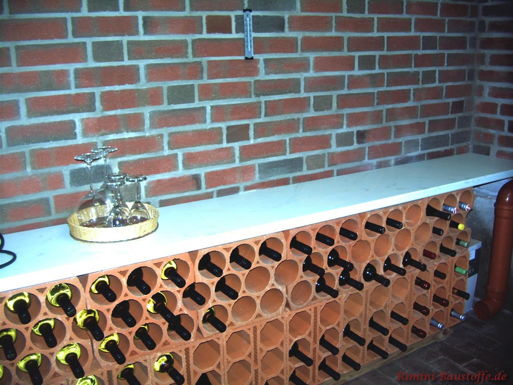 Kombanation aus zwei verschiedenen Weinlagersteinen in einer Nische