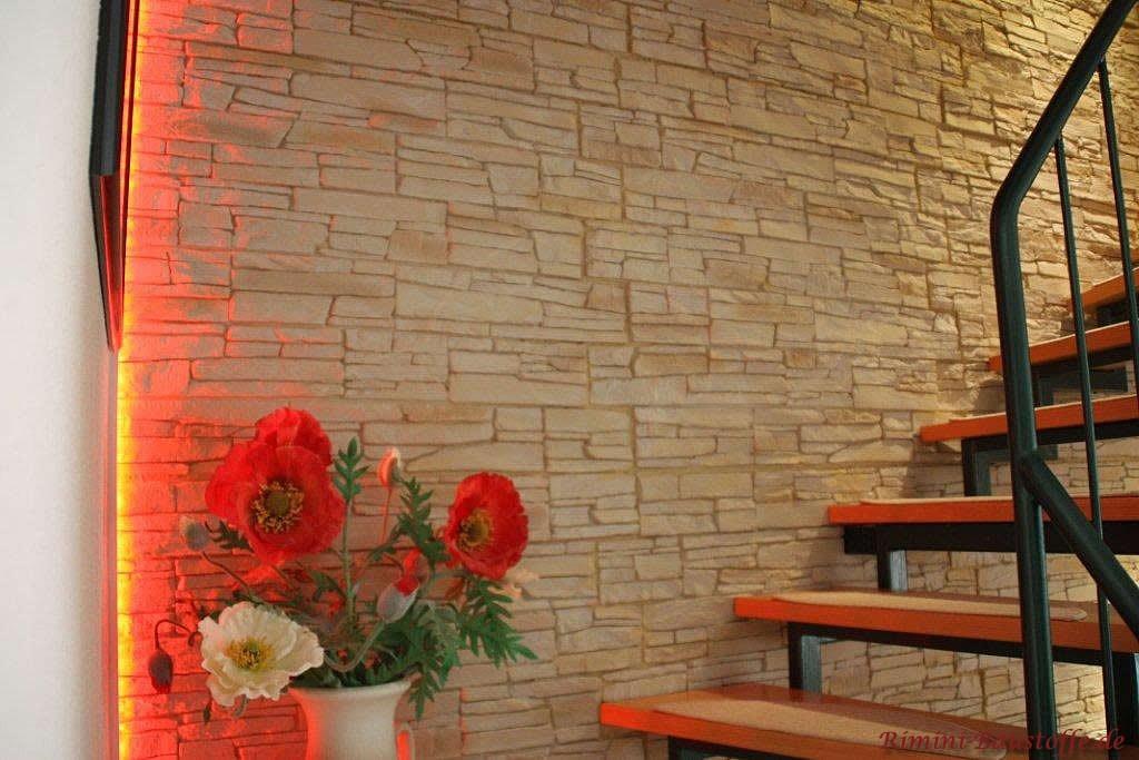 helle beleuchtete Wand am Treppenaufgang in Natursteinoptik