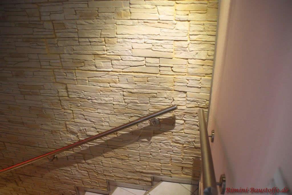 helle beleuchtete mit Wandpaneele am Treppenaufgang in Schieferoptik