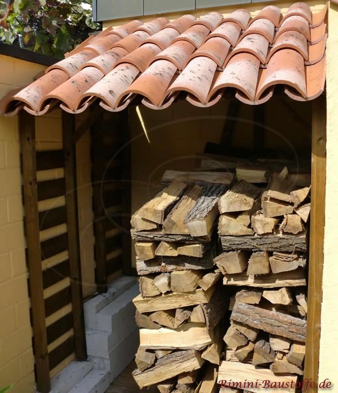 kleine Nische für den Holzvorrat überdacht mit Halbschalen aus Italien