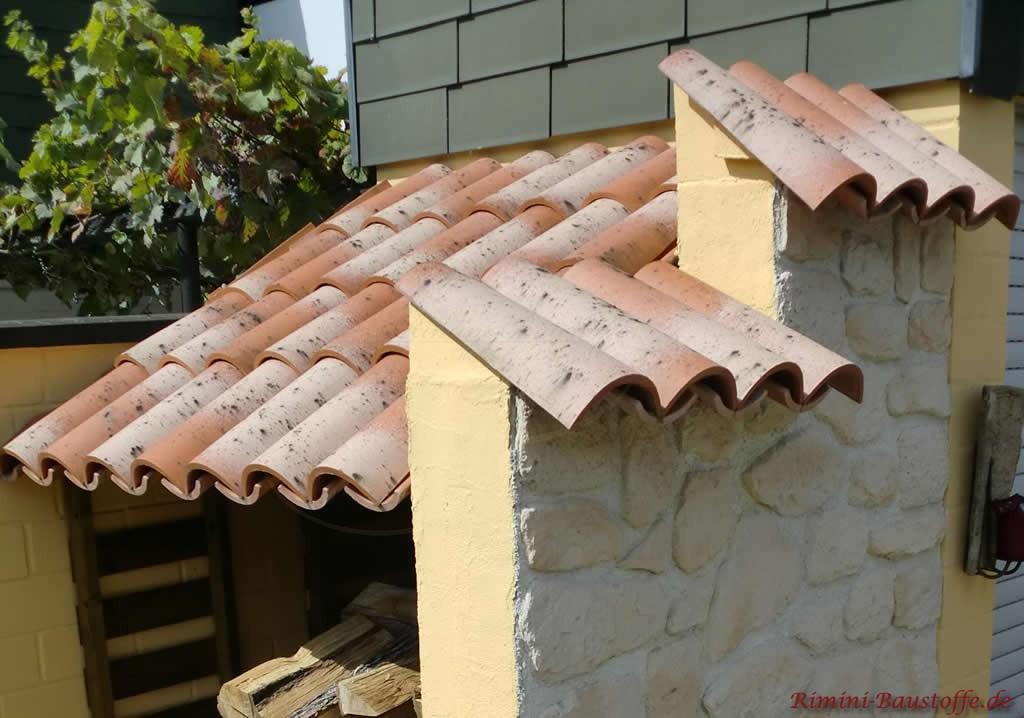 kleines Überdach und passend zwei Pfeiler abgedeckt mit Mönch und Nonne Halbschalen