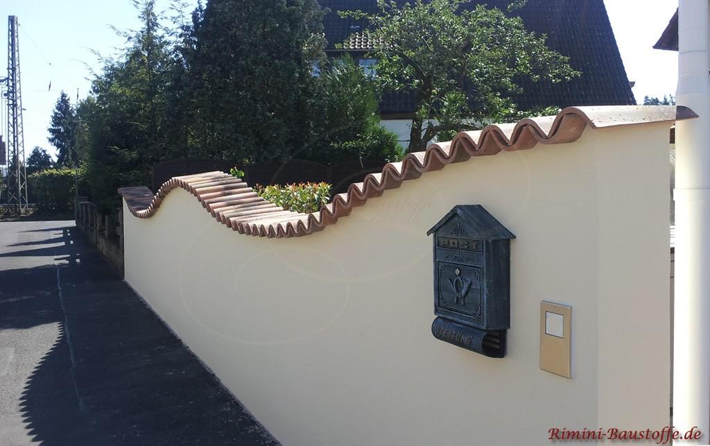 mediterrane Gartenmauer schön geschwungen mit Halbschalen