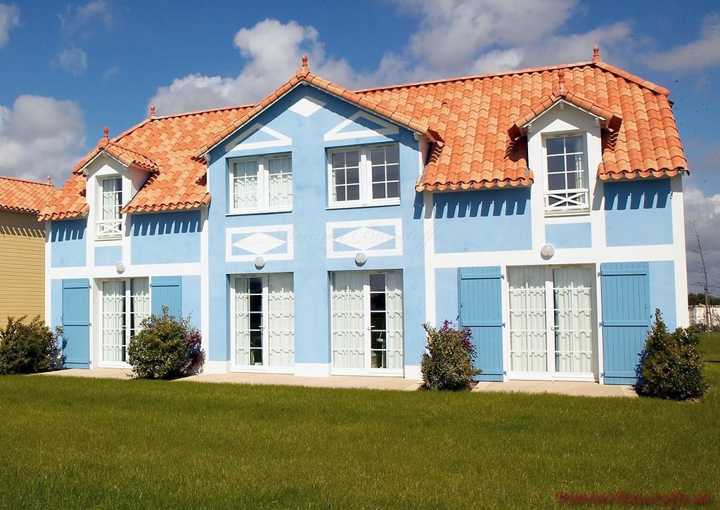 schöne Villa mit himmelblauer Fassade und schönem roten Dach