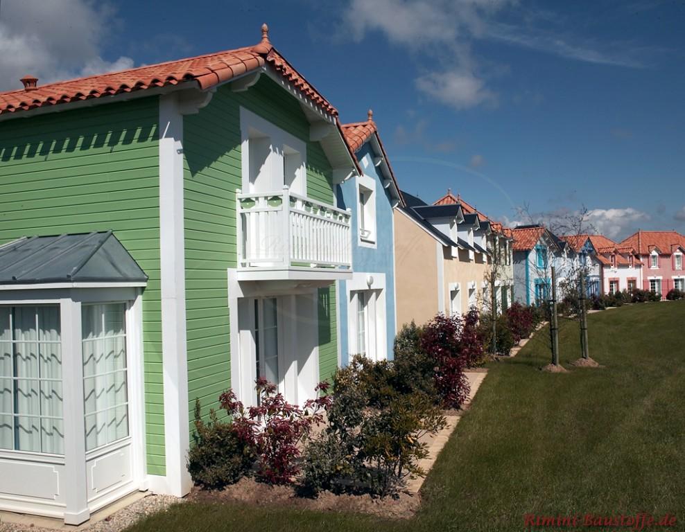 Häuserreihe mit bunten Fassaden und schönem einheitlichen roten Dach