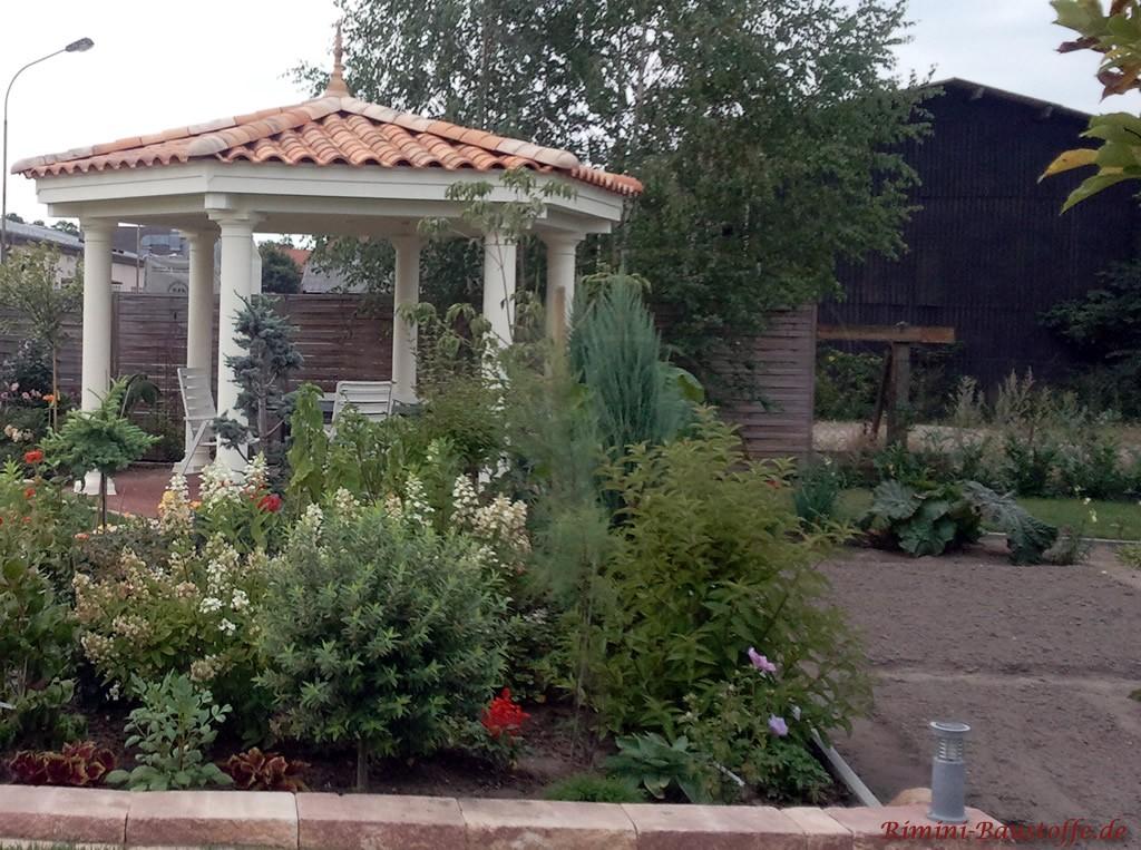 Gartenlaube mit Runddach und verspielter Zierspitze