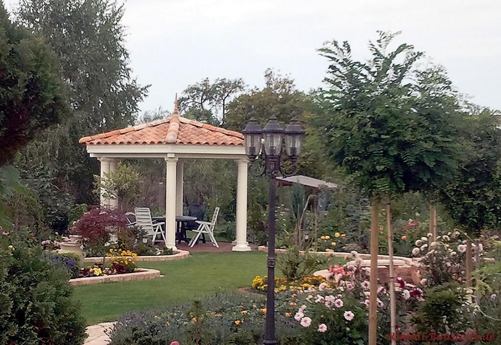 schöne überdachte Terrasse im Garten mit romanischen Ziegeln gedeckt